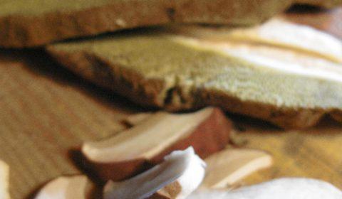 Καθάρισμα και κόψιμο των μανιταριών στο εστιατόριο Λίθος στο Δίλοφο