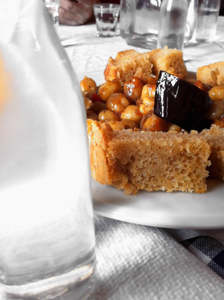 Τσιπουράκι με μεζέ ρεβύθια με μελιτζάνες στο φούρνο ... Λίθος, Ζαγοροχώρια