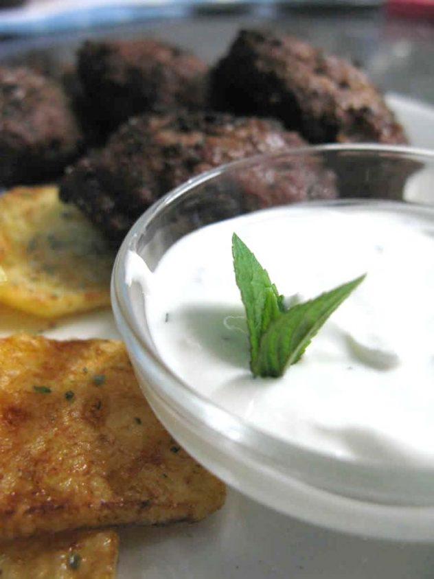 Κεφτεδάκια με ντιπ γιαουρτιού και δυόσμο| Meatballs with yogurt and mint dip in the Zagori region
