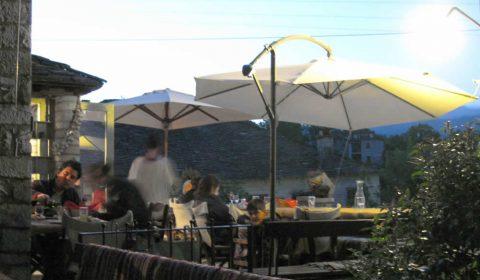 Καλοκαίρι στο εστιατόριο Λίθος στο Δίλοφο στα Ζαγοροχώρια