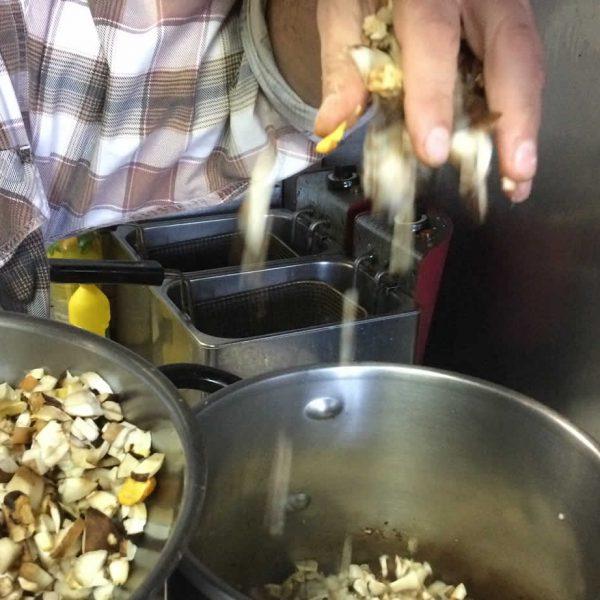 Το Φθινόπωρο ο Λίθος θα τιμήσει τα μαγειρευτά και τις σούπες. Κάθε μέρα κάτι διαφορετικό και μαγειρευτό από την κουζίνα τού Τάκη...
