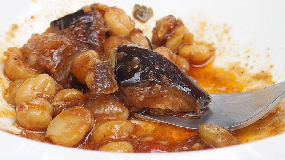 Ρεβύθια με μελιτζάνες στο φούρνο, εμβληματικό πιάτο του Τάκη, στο εστιατόριο Λίθος, στο Δίλοφο. Σκέτο μέλι! Και κοτόπιτα και θέα | Βίκυ Κουμάντου